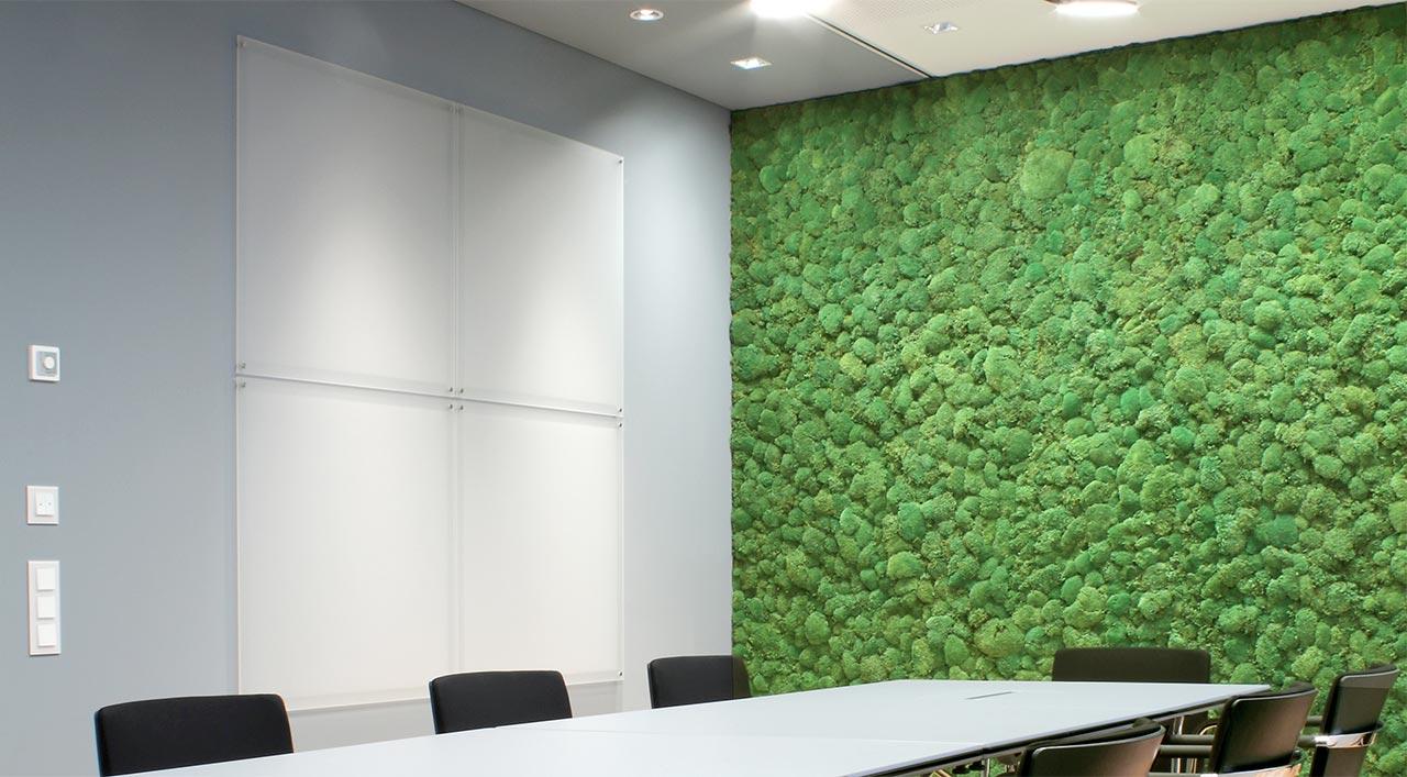 Eine Wand wie ein Waldboden: Immergrünes Moos schafft Raumwirkung